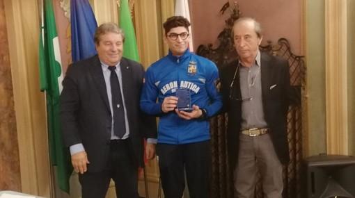La premiazione di Ludovico Edalli, 26 anni, bustocco, primo italiano a conquistare il bronzo ai giochi giovanili e unico rappresentante della ginnastica maschile a Rio, proiettato a Tokyo