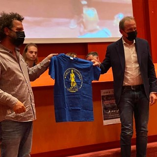 La consegna della maglia al sindaco Antonelli