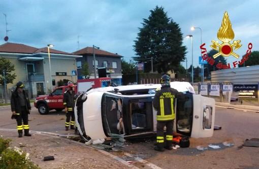 Schianto nella notte, abbatte il monumento sulla rotonda con l'auto: grave un ragazzo di 23 anni