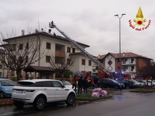 FOTO. Fiamme a Gorla Minore: incendio distrugge il tetto di una mansarda