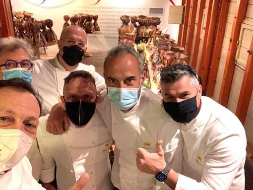 Fabio Longhin con gli amici e colleghi pasticcieri coinvolti nel progetto di beneficenza