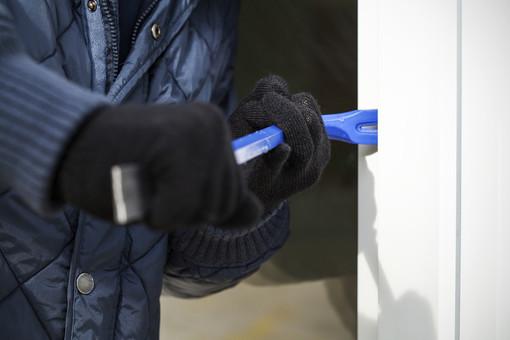 Malnate, raffica di furti in appartamento e ditte: il Comune aumenta le pattuglie della polizia locale e scrive al prefetto