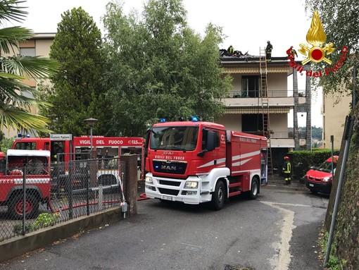 FOTO. Varese, condominio colpito da un fulmine: tetto in fiamme a Biumo