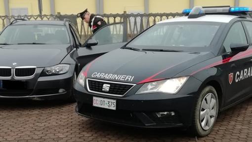 I carabinieri durante la perquisizione della Bmw con targhe e documenti falsi