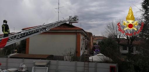 Fiamme a Cassano Magnago: brucia un tetto in via Solferino