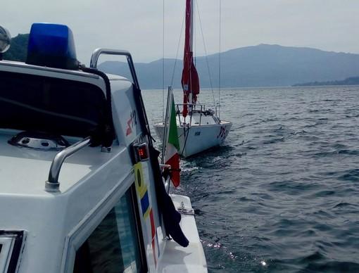 Barca alla deriva sul lago Maggiore: recuperata dalla motovedetta dei carabinieri