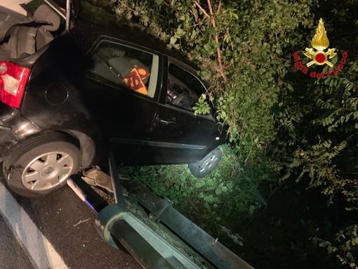 FOTO. Auto sfonda il guardrail e resta in bilico sulla scarpata. Automobilista salvato dai vigili del fuoco