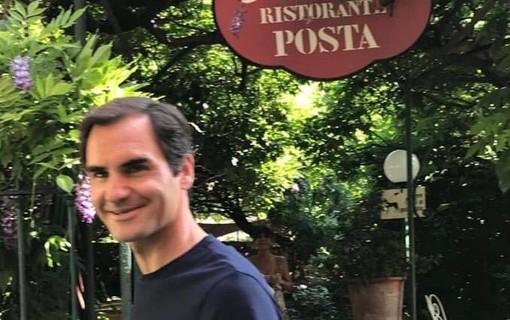 Roger Federer sorride mentre si sposta per pranzo a Carona (foto tratta dalla pagina Facebook del ristorante Posta)