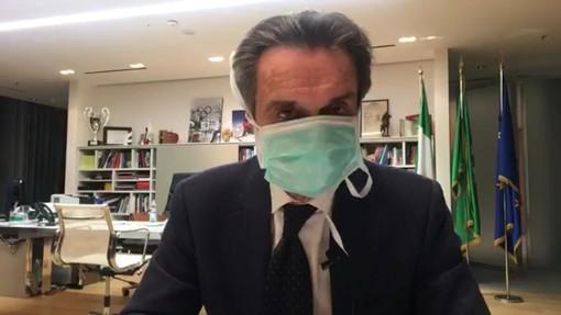 Attilio Fontana con la mascherina in diretta Facebook