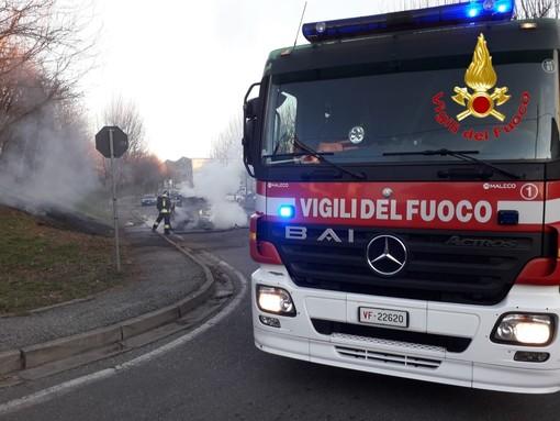 Sesto Calende, macchina prende fuoco. Il conducente si mette in salvo prima che l'auto venga avvolta dalle fiamme