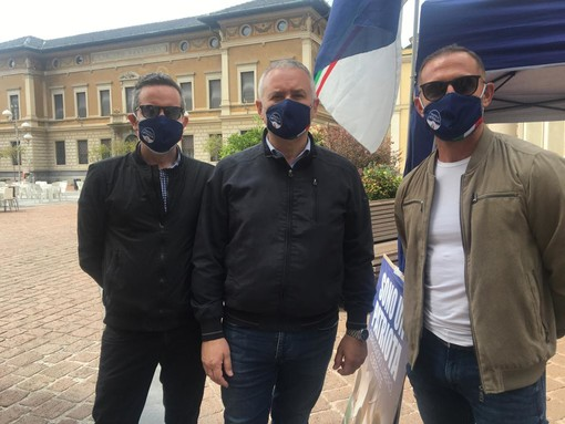 Massimiliano Nardi (al centro) con Paolo Geminiani e Rosario Manto al gazebo di Fratelli d'Italia a Busto