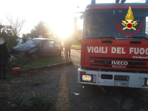 Ispra, auto esce di strada e si ribalta: interviene l'elisoccorso, due feriti