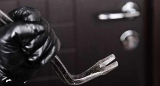 Entra in appartamento per rubare, scoperta e bloccata dal proprietario di casa