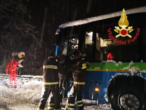 Oltre 25 centimetri di neve: è una babele per pendolari e viaggiatori. Oltre 150 interventi dei vigili del fuoco
