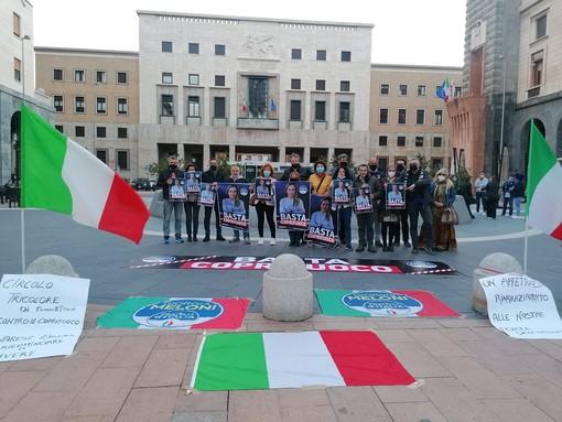 VIDEO. «Basta coprifuoco», il sit-in di Fratelli d'Italia in piazza Monte Grappa