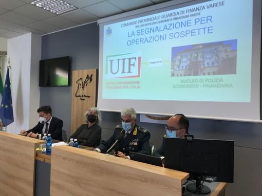 La conferenza stampa di stamani a Varese. Da sinistra: il sostituto procuratore Dalla Palma, il procuratore capo Borgonovo, il generale Lainati e il comandante Sebaste