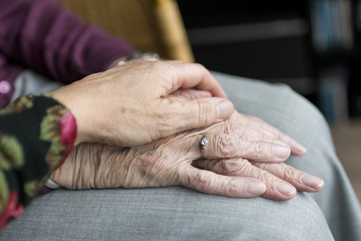 Lui cento anni, lei 93: separati dal Coronavirus. Si riabbracciano dopo cento giorni