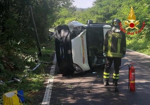 FOTO. Vizzola Ticino, perde il controllo del furgoncino e si ribalta. Conducente finisce all'ospedale