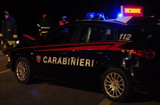 Auto si ribalta e rischia di prendere fuoco: donna salvata dai carabinieri