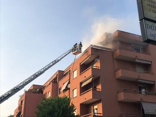 VIDEO e FOTO. Due scoppi e le fiamme: appartamento a fuoco in via Crispi