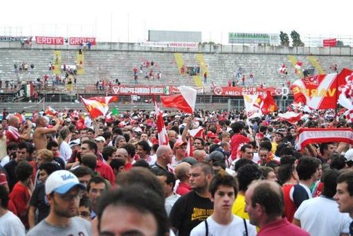 Quando il popolo biancorosso potrà riversarsi di nuovo sul campo del Franco Ossola per festeggiare? (foto Ezio Macchi)