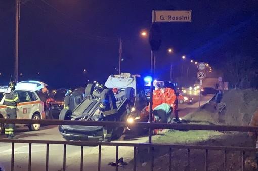 Nella foto principale: i soccorritori a Bisuschio. In basso altre immagini dell'incidente a Bisuschio e l'auto finita fuori strada in serata in via Turati a Luino