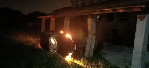 Auto vola fuori strada e finisce contro un edificio: paura nella notte alle Fontanelle