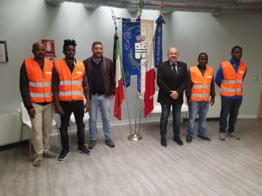 Vera accoglienza e integrazione a Cavaria: «Martins, Kevin, Stephen e Monday ci aiuteranno a tenere in ordine il nostro paese. Benvenuti»
