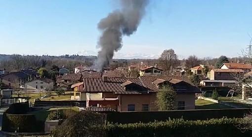 Incendio a Castronno: alta colonna di fumo visibile da chilometri