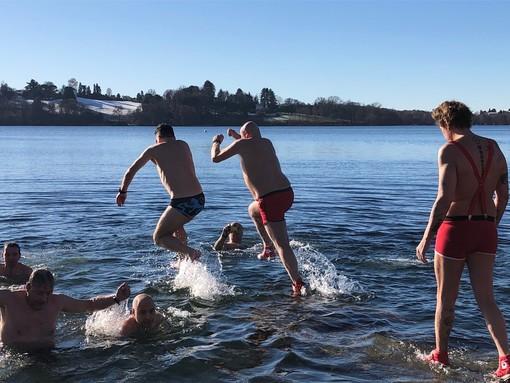 """FOTO. Un tuffo """"natalizio"""" dove l'acqua è più blu. I Leoni sfidano il gelo nel lago di Monate"""