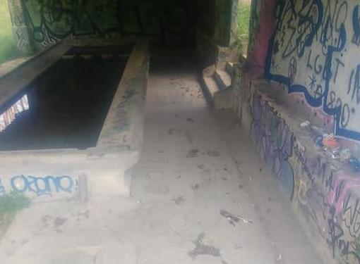 Vandali al lavatoio di Bobbiate, escrementi disseminati ovunque