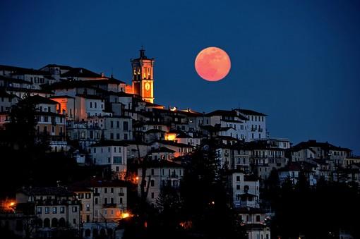"""La foto della Luna al Sacro Monte sulla pagina Facebook """"Associazione amici del Sacro Monte"""""""
