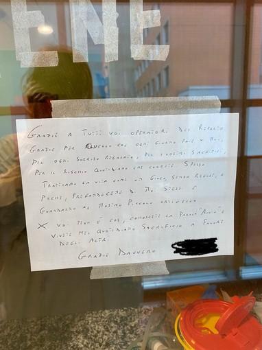 La lettera di un paziente appesa su un vetro del reparto di malattie infettive al Circolo: «Rischiate per noi con un sorriso. Grazie»