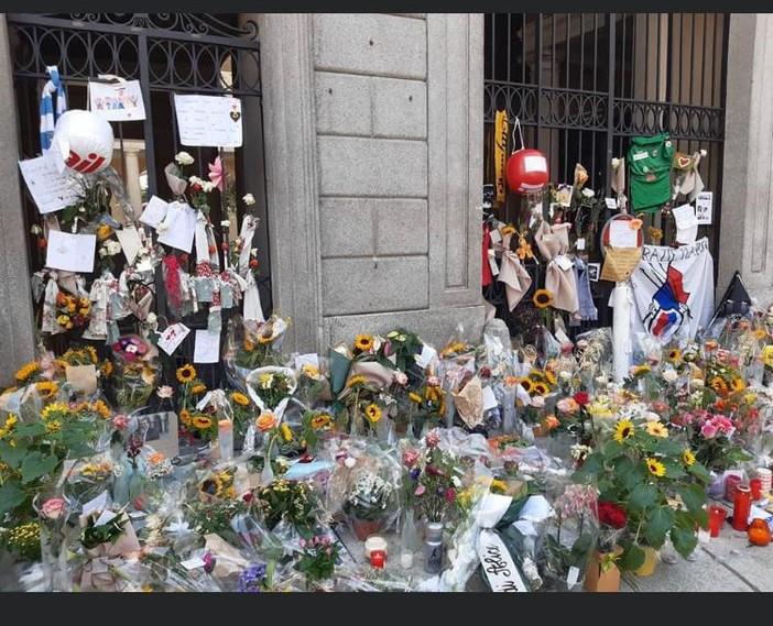 I fiori, omaggio commovente e silenzioso per Borradori