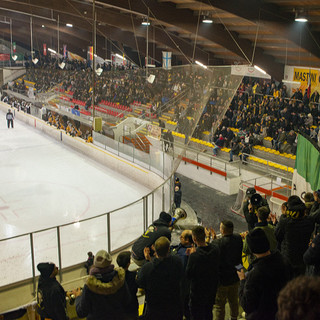 I 1100 spettatori del Palalbani per l'ultimo Varese-Merano: è la foto simbolo della stagione perché rappresenta il ritorno al suo posto del popolo giallonero 24 anni dopo la grande Shimano