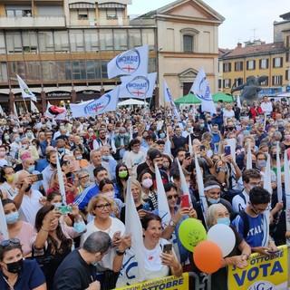 Mille in piazza per la Lega: Salvini sotto il palco a fare selfie