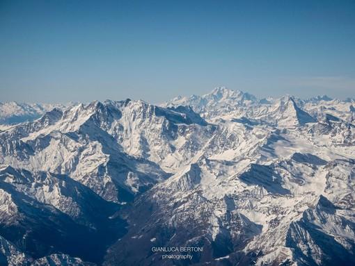 LA FOTO. In un unico scatto di Gianluca Bertoni l'immensità di Monte Rosa, Monte Bianco e Cervino