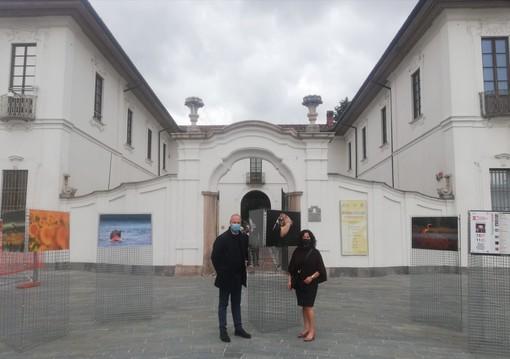 Le immagini arrivate in piazza Vittorio Emanuele a Busto con la vicesindaco Manuela Maffioli e Claudio Argentiero dell'Afi (foto del Comune di Busto)