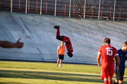 Mamah, uno dei più in forma del precampionato, vola dopo un gol al Franco Ossola (foto Ezio Macchi)