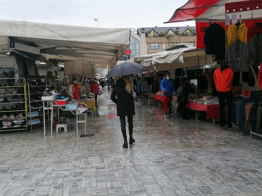 FOTO. Il mercato riapre sotto l'acqua e in piazza Repubblica si formano le piscine