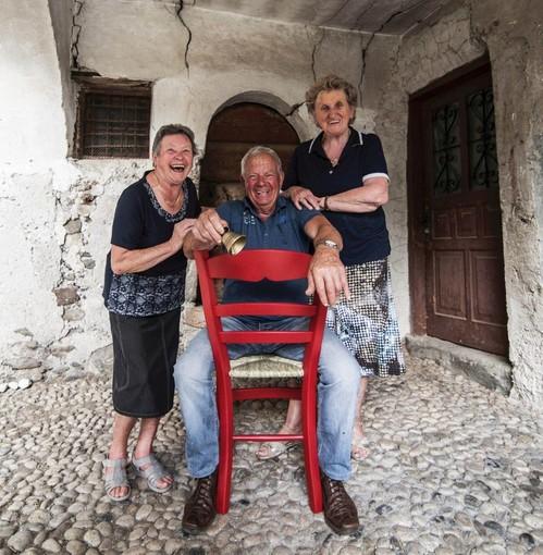 LA STORIA. Sedie rosse per i turisti: suonando una campanella, gli abitanti raccontano i segreti del paese