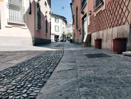 Macchie sulla pavimentazione del centro città, mistero sull'origine