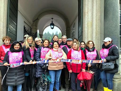 FOTO. A Varese un fiume colorato di ragazze, ragazzi, donne e uomini in marcia contro la violenza di genere