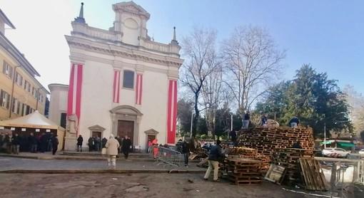 FOTO. Aspettando il falò. In piazza della Motta prende forma la pira: «Una festa che ogni varesino porta nel cuore»