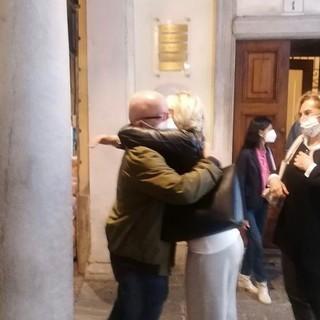 Bobo Maroni abbracciato da Barbara Bison fuori dalla sede storica della Lega