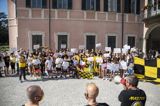 FOTOGALLERY. La protesta di tifosi e famiglie del palaghiaccio fuori da Palazzo Estense in immagini
