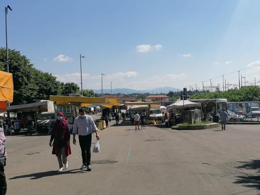 FOTO. Primo giorno di mercato in piazzale Kennedy, bancarelle dimezzate e ingressi contingentati