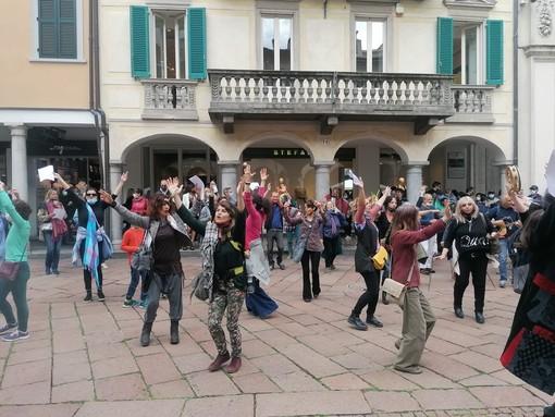 VIDEO. Senza mascherina sfilano suonando, ballando e cantando. Flashmob no-vax in centro a Varese