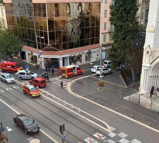 Attentato a Nizza: confermati tre morti e diversi feriti, in arrivo da Parigi il Presidente Emmanuel Macron (Foto)