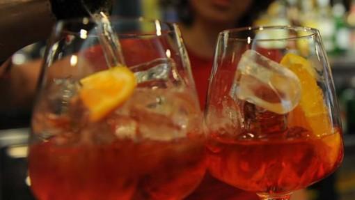 Laveno, arriva l'ordinanza anti bivacchi: bar chiusi all'1 e stop alla vendita di alcolici dalle 23